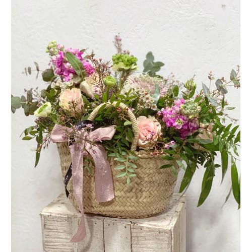Cesta de palma con flores