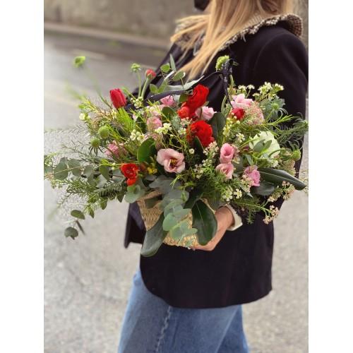 Cesto de palma con flores